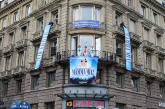 MAMMA MIA! überrascht Stuttgarter mit Auftritt mitten in der Stadt