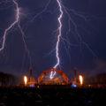 Gigantischer Blitz beim Feuerwerks von Schloss in Flammen