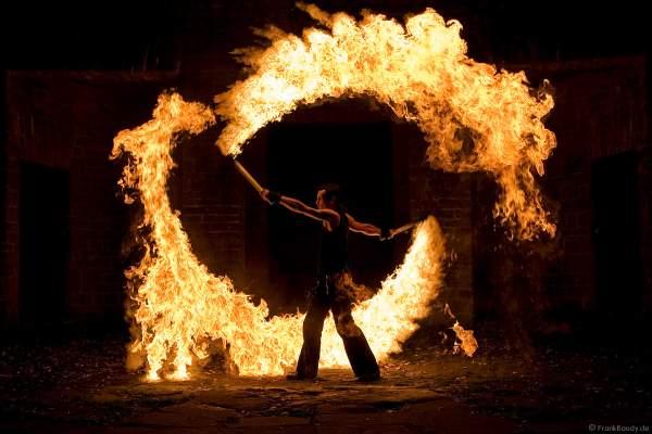 Künstlerische Feuerexplosion von Feuerkünstler Gérald Richter (Gé) - Fire in Motion