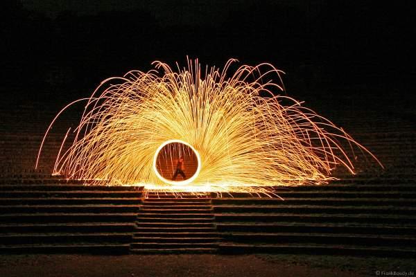 Wunderschönes goldenes Funkenrad von Feuerkünstler Gérald Richter - Fire in Motion