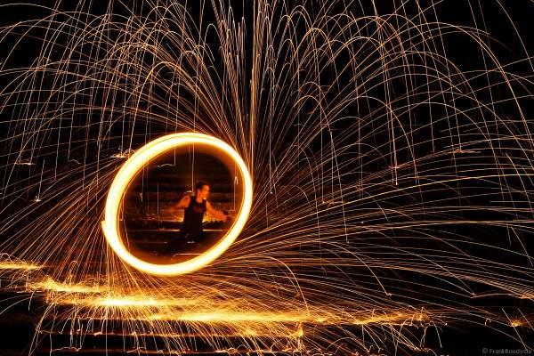 Heißes Funkenrad von Feuerkünstler Gérald Richter, bei dem die Funken wie aus Gold über die Stufen ergießen - Fire in Motion