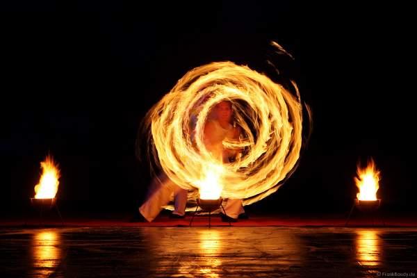 Feuershow mit den firedancer zur Eröffnung des Eisstadions in Kaiserslautern