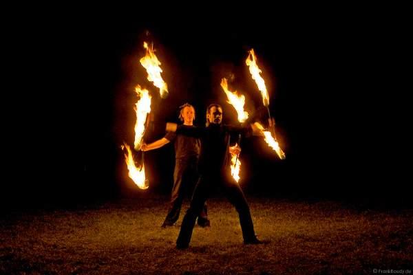 Feuerkünstler Gé, Michael und weitere Künstler performten ein traumhafte Feuershow bei einer Hochzeit.
