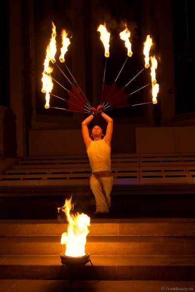 Feuershow bei der Sankt Peter Osternacht in der Heilig Geist Kirche