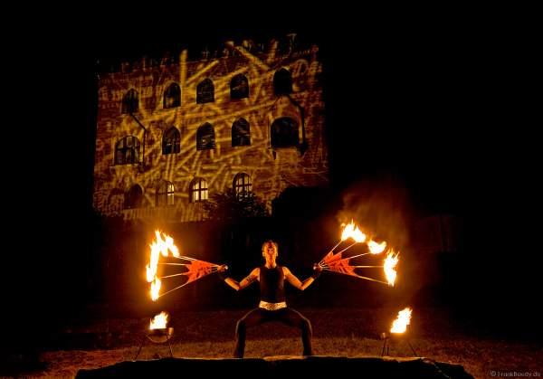 175 Jahre Hambacher Fest mit künstlerischer Illumination des Schlosses und einer Feuerperformance