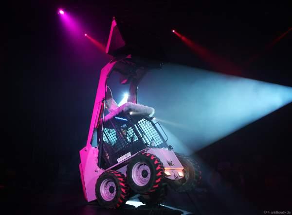 Swinging Bunny Digger, der tanzende pinke Hasenbagger live von Master of Hellfire beim Circus Flic Flac