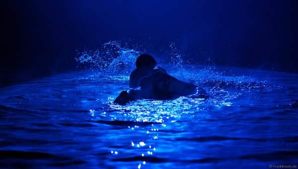 Akrobatik in den blauen Wasserwelten beim Circus Flic Flac