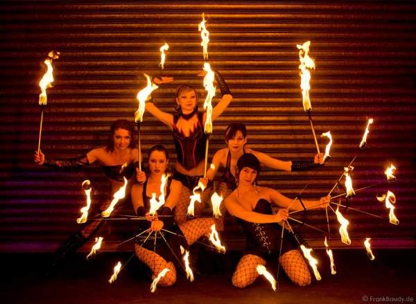 Die Feuerkünstlerinnen von Project PQ