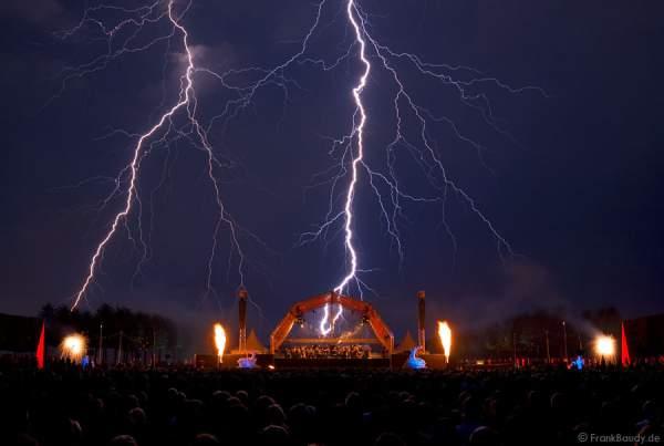 Gigantischer Blitz während des Feuerwerks bei Schloss in Flammen 2008 - Schwetzingen