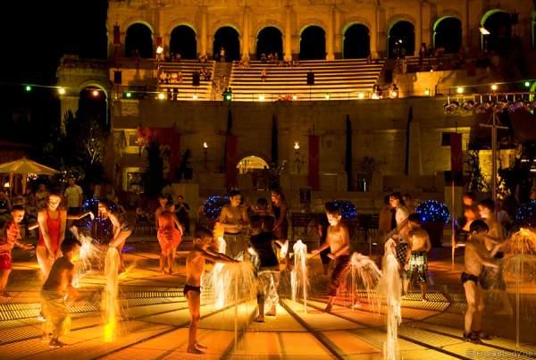 Kinder spielen im Sommer in den Waaserspielen im Innenhof des Hotels Colosseo/Europa-Park