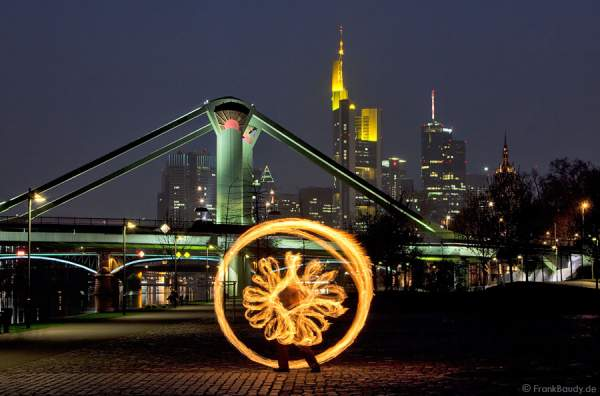 Feuerbild mit dem Feuerkünstler Gérald Richter vor der Skyline Frankfurt