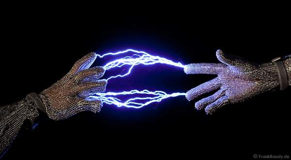 Blitze zwischen den Fingern