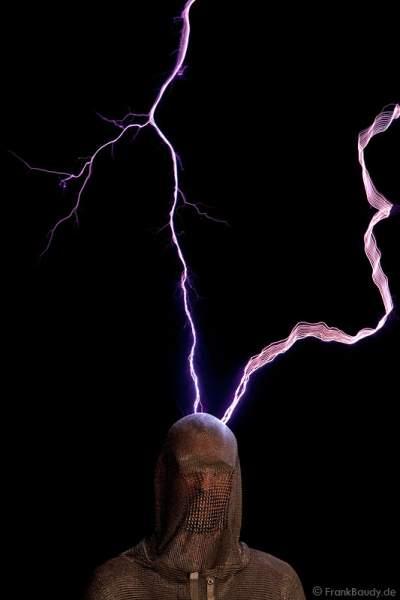Blitz schägt in Kopf ein