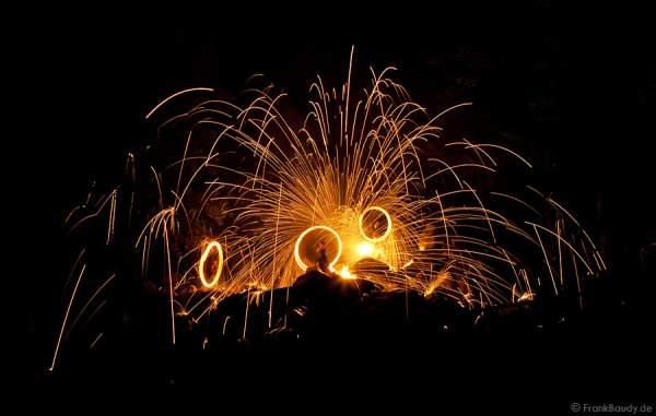 Feuerkünstler Project PQ bei Felsenmeer in Flammen
