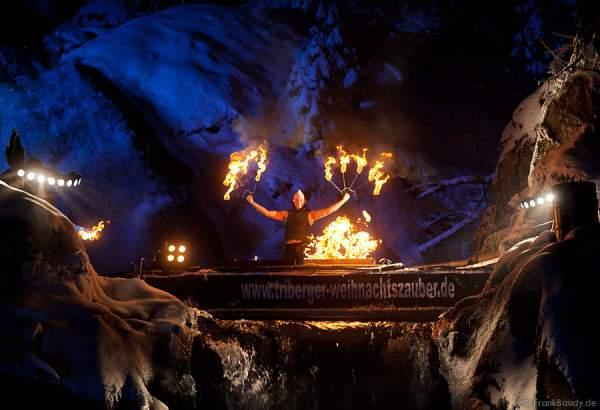 Hannes Schwarz mit seiner Feuershow am Wasserfall des Triberger Weihnachtszauber