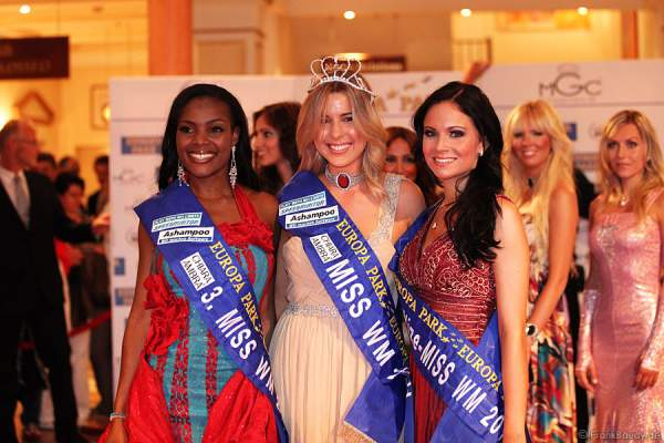 Jane Ogbe (3. Platz, Nigeria), Dominique Ela Wiesniewski (1. Platz, Neuseeland), Christina Trost (2. Platz, Deutschland) (v.l.n.r.) bei der Wahl zur Miss WM 2011 im Europa Park Rust
