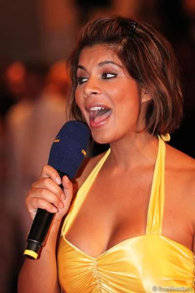 Indira Weis mit einer Gesangsperformance bei der Wahl zur Miss WM 2011 im Europa Park Rust
