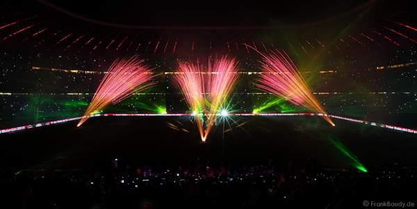 FC Bayern München feiert mit Lasershow und Feuerwerk