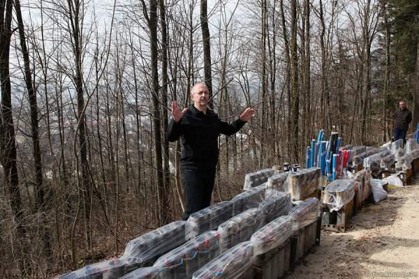 Der Aufbau des Feuerwerks im Wald des VCO für die Sonnwendfeier in Oensingen 2012