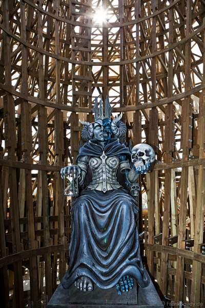 Die Göttin Hel, halb tot und halb lebendig - WODAN – Timburcoaster