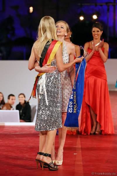 Natalia Prokopenko bekommt ihre Miss EM 2012 Scherpe von Miss Germany 2011 - Anne-Kathrin Kosch
