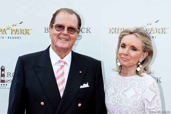 Sir Roger Moore alias James Bond 007 und seiner Ehefrau Lady Kristina Tholstrup