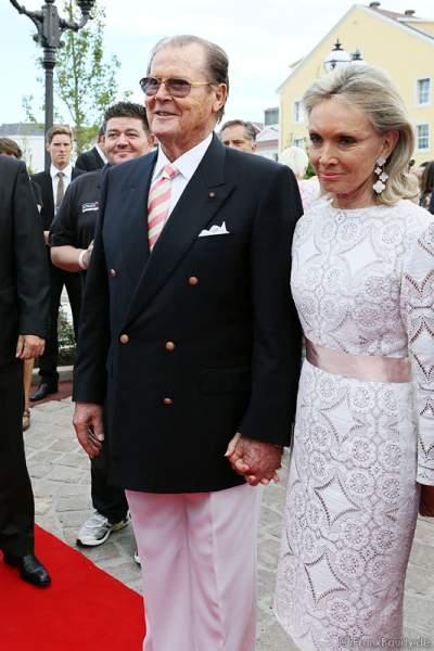 Sir Roger Moore alias James Bond 007 und seiner Frau Lady Kristina Tholstrup