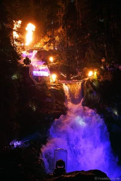 Hannes Schwarz mit Feuerexplosion bei seiner Feuershow am Wasserfall des Triberger Weihnachtszauber