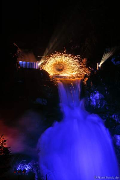 Hannes Schwarz mit Funkenregen bei seiner Feuershow am Wasserfall des Triberger Weihnachtszauber