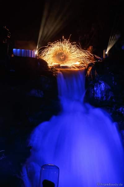 Hannes Schwarz mit Trommeln bei seiner Feuershow am Wasserfall des Triberger Weihnachtszauber