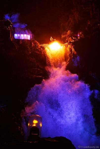 Hannes Schwarz mit Feuerlanze bei seiner Feuershow am Wasserfall des Triberger Weihnachtszauber