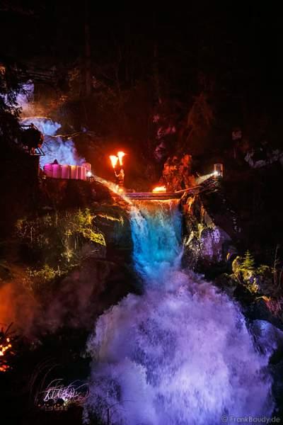 Hannes Schwarz mit Robes bei seiner Feuershow am Wasserfall des Triberger Weihnachtszauber