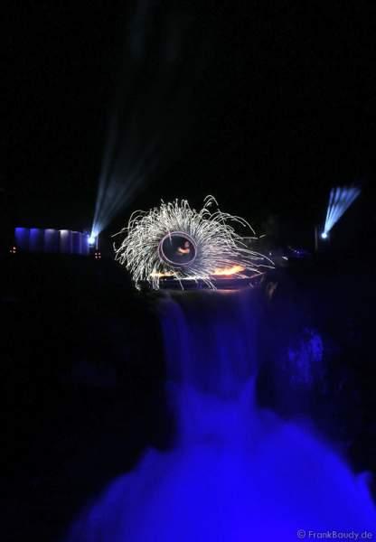 Hannes Schwarz mit Funkenpois bei seiner Feuershow am Wasserfall des Triberger Weihnachtszauber