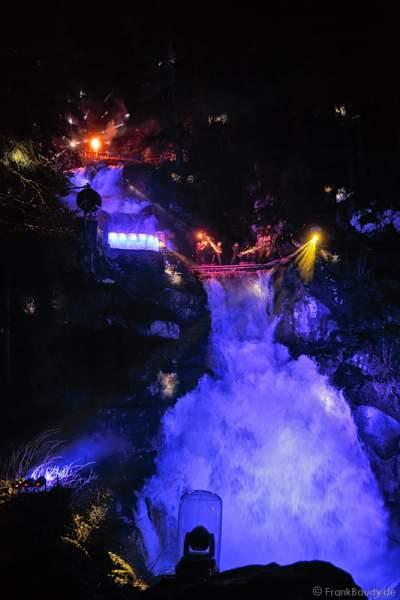 Feuershow am Wasserfall des Triberger Weihnachtszauber