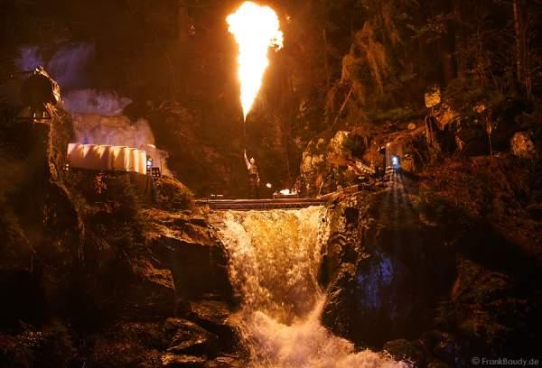 Hannes Schwarz mit Feuerlanze (von Hochdruckreiniger) bei seiner Feuershow am Wasserfall des Triberger Weihnachtszauber