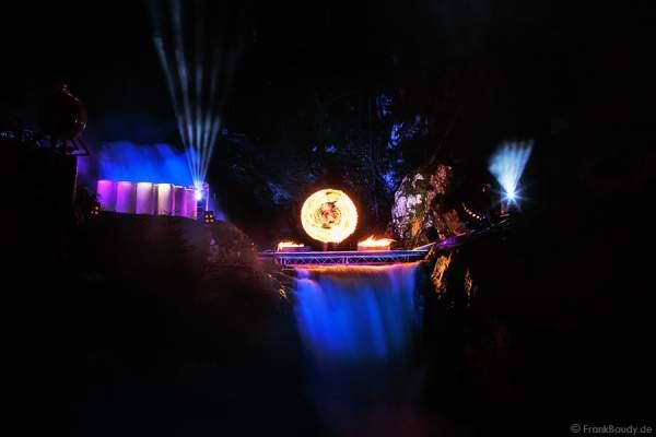 Hannes Schwarz mit brennenden Robes bei seiner Feuershow am Wasserfall des Triberger Weihnachtszauber