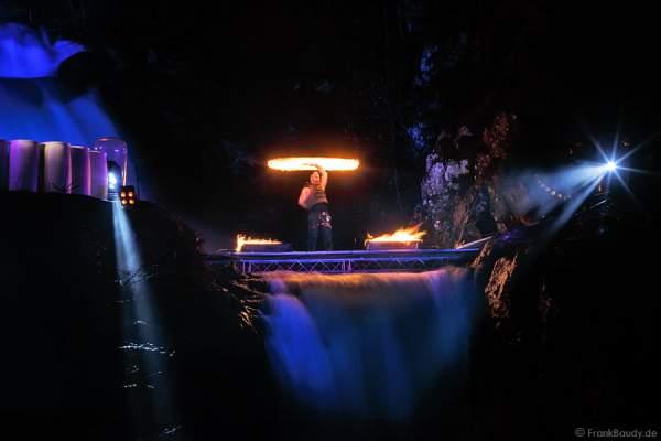 Hannes Schwarz mit Pois bei seiner Feuershow am Wasserfall des Triberger Weihnachtszauber