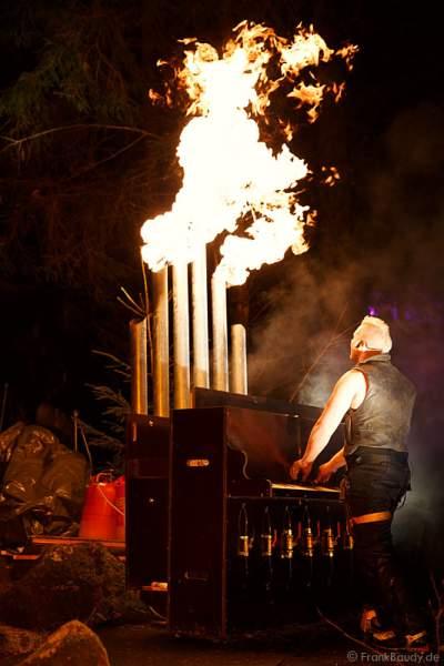 Hannes Schwarz an der Feuerorgel bei seiner Feuershow am Wasserfall des Triberger Weihnachtszauber