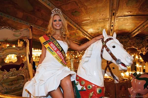 Caroline Noeding auf dem Karusell - Miss Germany 2013