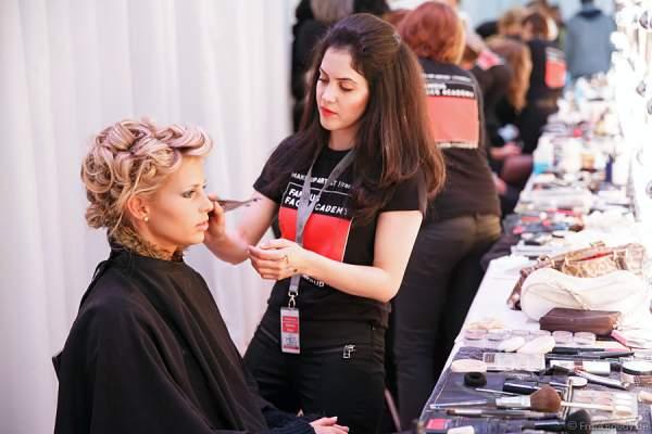 Caroline Noeding bei den Vorbereitungen - Miss Germany 2013 - Backstage