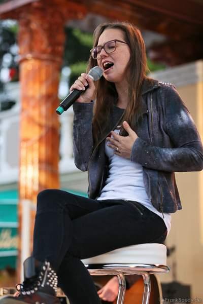 Unplugged-Konzert von Stefanie Heinzmann beim 20. Geburtstag des Walliser Dorfs im Schweizer Themenbereich des Europa-Park