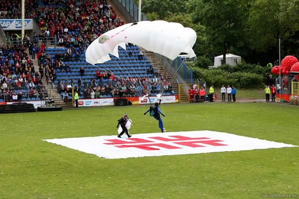 Fallschirmspringer bei der Stadiongala Turnfest 2013 Mannheim