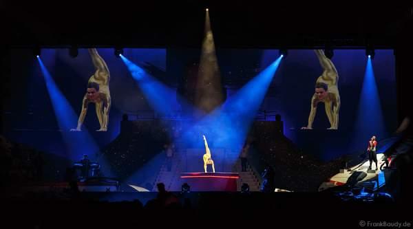 Nina Burri - Kontorsion mit der Darbietung Goldeneye DJ Bobo Circus