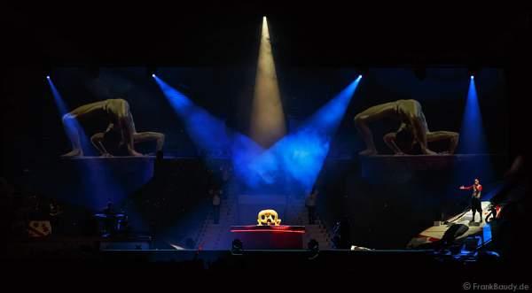 Schlangenfrau Nina Burri mit der Darbietung Goldeneye DJ Bobo Circus