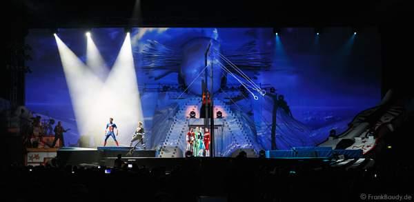 Kunst- und Geräteturner des Schweizer Nationalteams bei der Weltpremiere der Show CIRCUS von DJ BoBo