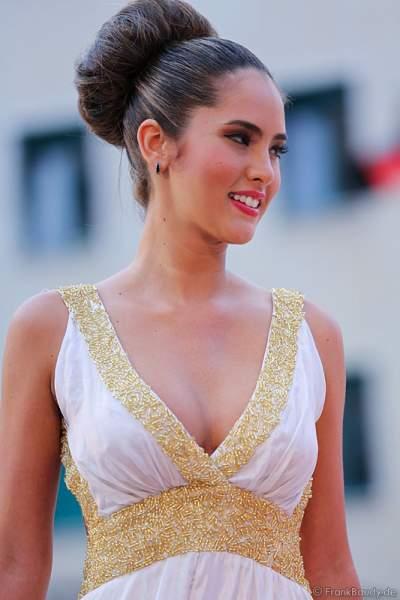 Daniela Ocoro Mejia im Abendkleid auf dem Laufsteg bei der Miss WM 2014 Wahl im Europa-Park Rust