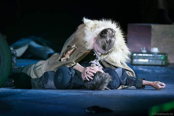 Lars Rudolph als Hagen und Charlotte Puder als Kriemhild