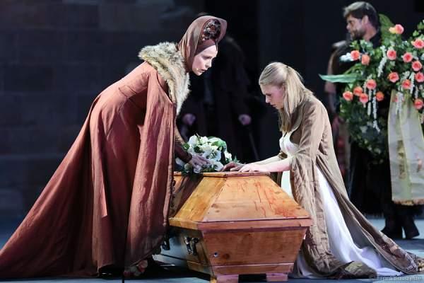 Eva Gosciejewicz als Königin Ute und Charlotte Puder als Kriemhild