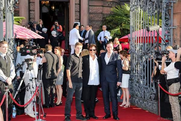 Dieter Wedel (mitte) mit Sohn Benjamin (links) und Sohn Dominik Elsner (rechts) auf dem Roten Teppich der Nibelungen-Festspiele 2014