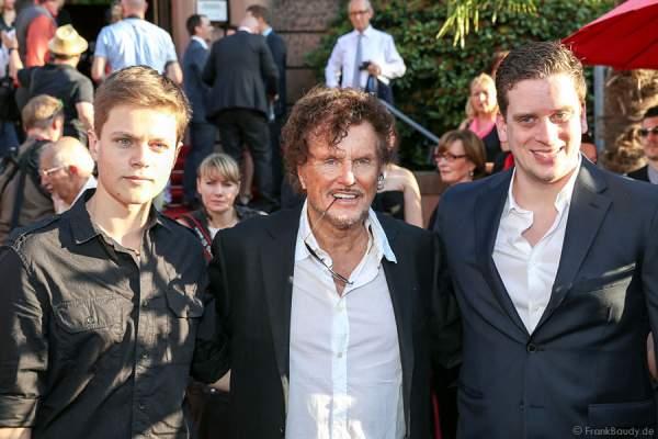 Dieter Wedel (mitte) mit Sohn Benjamin (links) und Sohn Dominik Elsner (rechts) auf dem roten Teppich der Nibelungen-Festspiele 2014, born this way